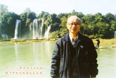 2001年12月徐敬宾在广西中越边境德天大瀑布前留影