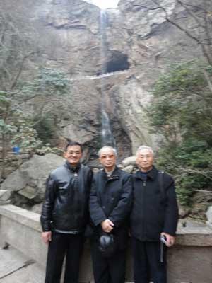 兄弟三人合影(从左至右:一明、敬宾、际宏)